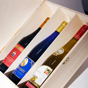 Wine bottle gift box with lid and lock for 3 bottles of wine